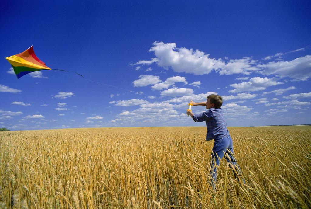 春天是放风筝的最好时光,蓝蓝的天空下,五彩缤纷的风筝摇曳